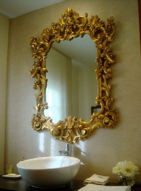 Baño-espejo-dorado